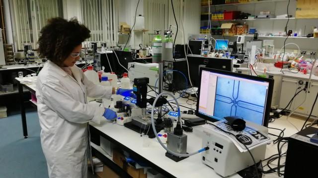 Dr Livia Ribeiro de Souza using a Dolomite Microfluidics system.