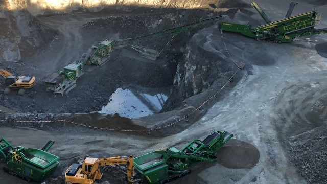 McCloskey crushers feed a 100' stacker to mount the quarry face to the S190 Triple Deck.
