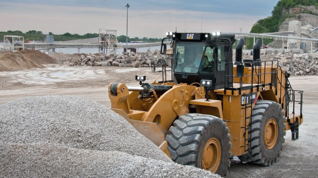 The 990K Aggregate Handler complements the smaller 986K and 988K Aggregate Handlers in the Cat large wheel loader line.