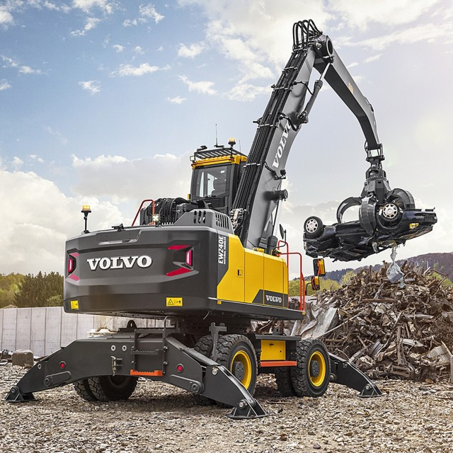 With a newly designed centre frame mounted on a reinforced undercarriage with 9-foot axles and extra-wide outriggers, the new material handler is ideal for medium-duty applications such as handling waste material blocks and loading and unloading scrap.