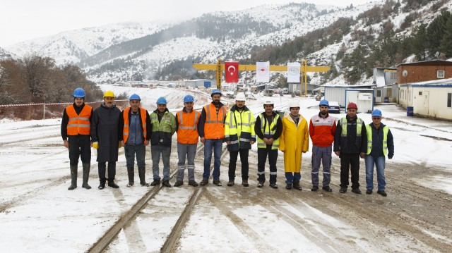 To achieve their recent breakthrough, the Kolin/Limak crew, including Barış Duman – Project Manager of Kolin – Limak JV (7th from left), had to guide the Crossover XRE TBM through multiple fault zones and withstand water pressures of up to 26 bar.